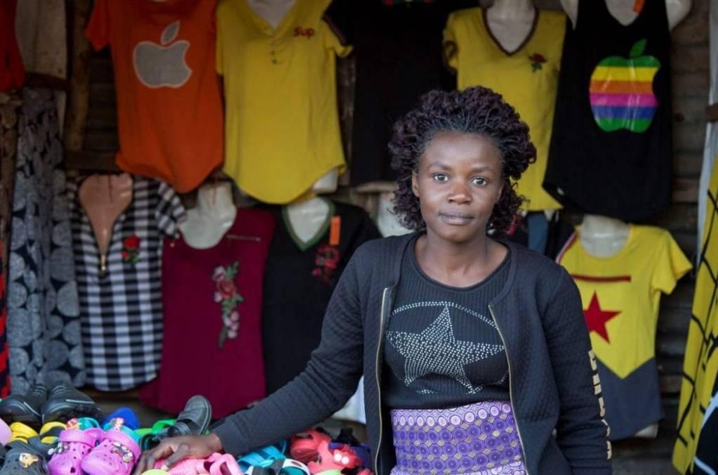 Denia Tembo, propriétaire d'une boutique de vêtements et chaussures dans la banlieue de Lusaka, à Chipata Compound, en Zambie. Elle a bénéficié des nano-prêts de la fintech sud-africaine Jumo, soutenue par Proparco. -©Chiara Frisone/AFD