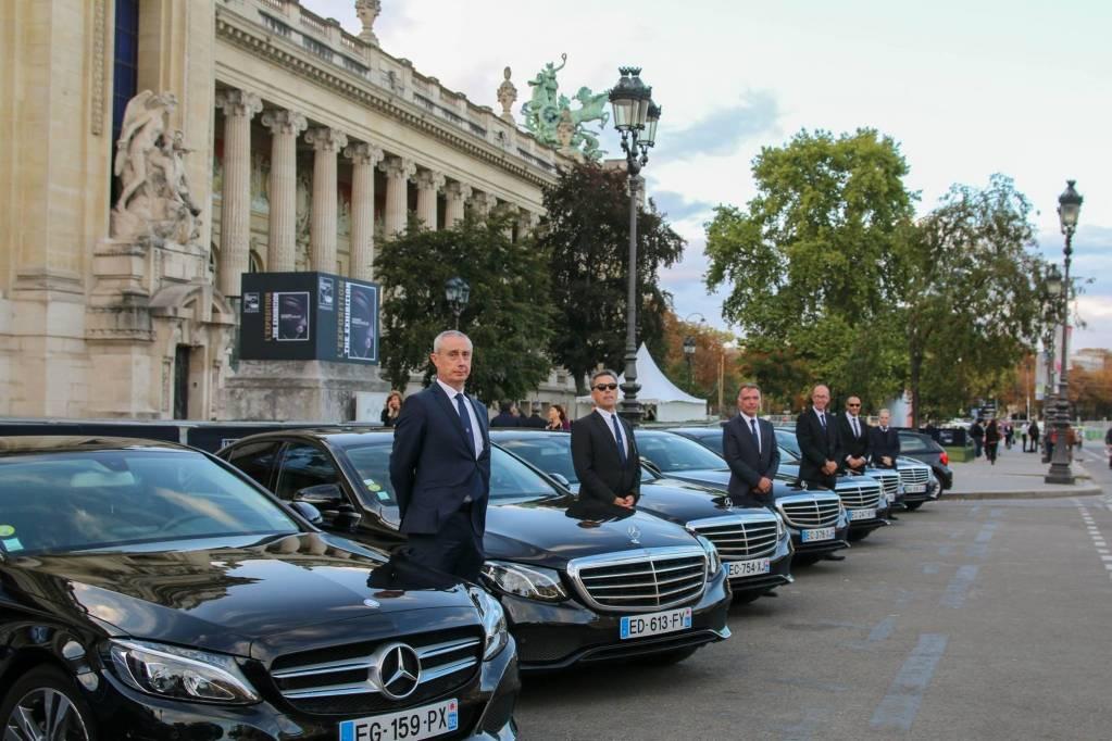 Chauffeurs de Chabé devant leurs limousines lors de la Biennale de Paris de 2017 - © Chabé