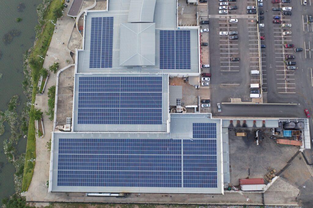 Infrastructure Jabi Lake Mall au Nigeria, développée par CrossBoundary Energy, une branche du fonds CrossBoundary, qui a vocation à fournir de l'énergie solaire aux clients commerciaux et industriels (C&I) en Afrique.