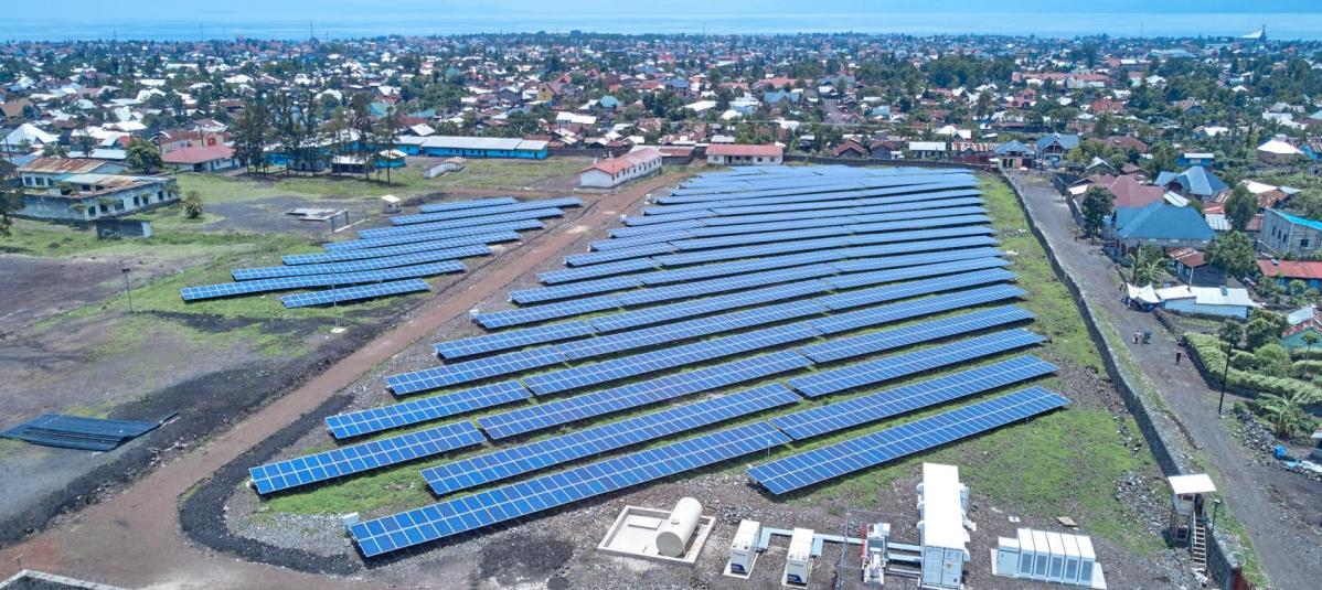 Les solutions off-grid hybrides de Nuru fournissent une électricité à 84 % d'origine renouvelable à des tarifs par kWh entre entre 30 et 50% moins chers que le coût moyen des générateurs diesels dans la région. - © Nuru
