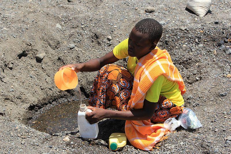 Une femme recueille de l'eau dans un lit de rivière asséché près du village de Kataboi, dans la région reculée de Turkana, au nord du Kenya (2011).