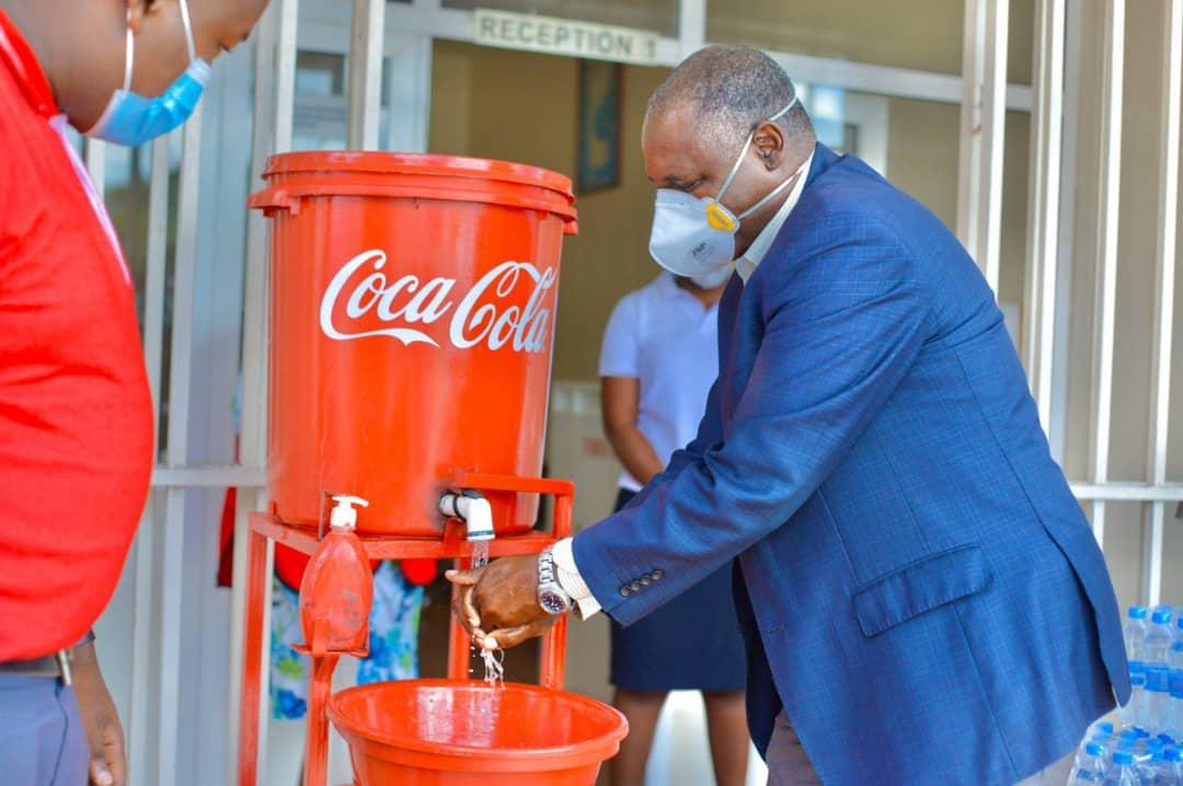 Le système Coca-Cola a entre autres créé des stations de lavage des mains d'urgence dans les zones très fréquentées, aux postes-frontières et au sein des communautés vulnérables.