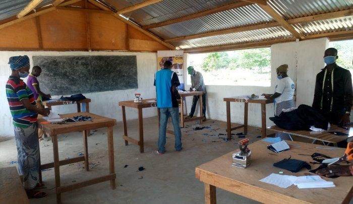 La Mission multidimensionnelle Intégrée des Nations Unies pour la Stabilisation en Centrafrique (MINUSCA), une opération de maintien de la paix de l'ONU, soutient la fabrication de masques de protection à Kaga Bandoro, en République centrafricaine.