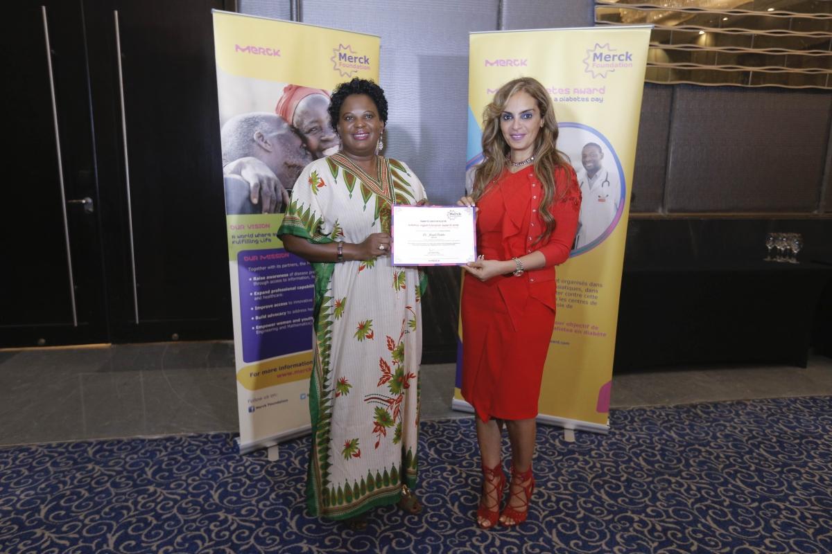 Dans le cadre de la pandémie de covid-19, en partenariat avec les Premières Dames Africaines, la Fondation Merck fournit une formation diplômante spécialisée aux médecins africains, à l'instar du Dr Joseph Baluku (Ouganda).