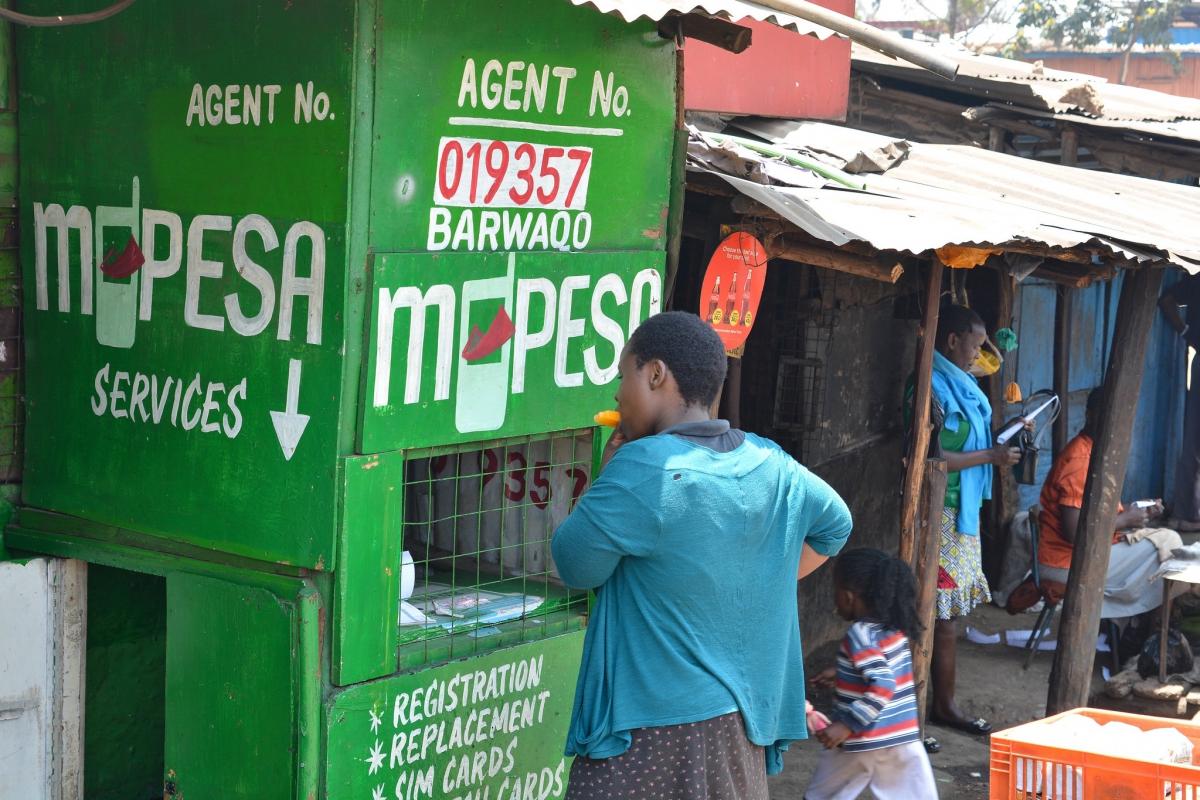 Un agent du service de mobile money M-Pesa à Kibera, bidonville au sud de Nairobi (Kenya).