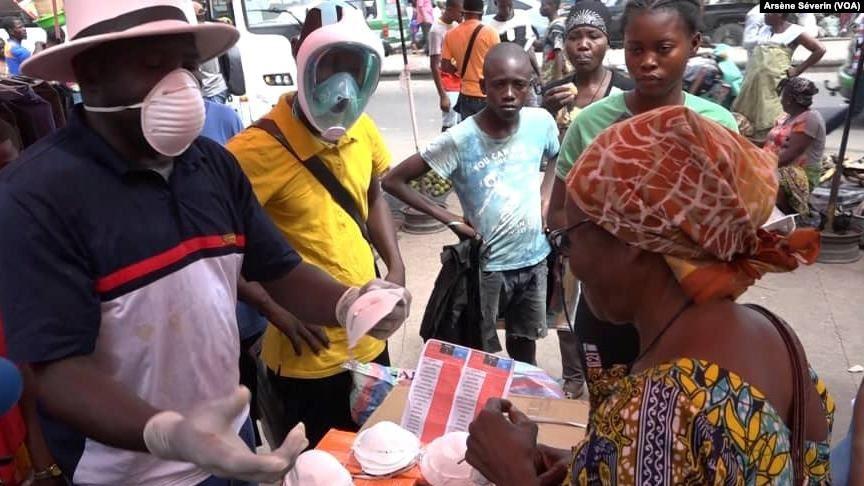 Un marchand opportuniste de masques, au marché Total de Bacongo, à Brazzaville, le 19 mars 2020 pendant la pandémie de covid-19.